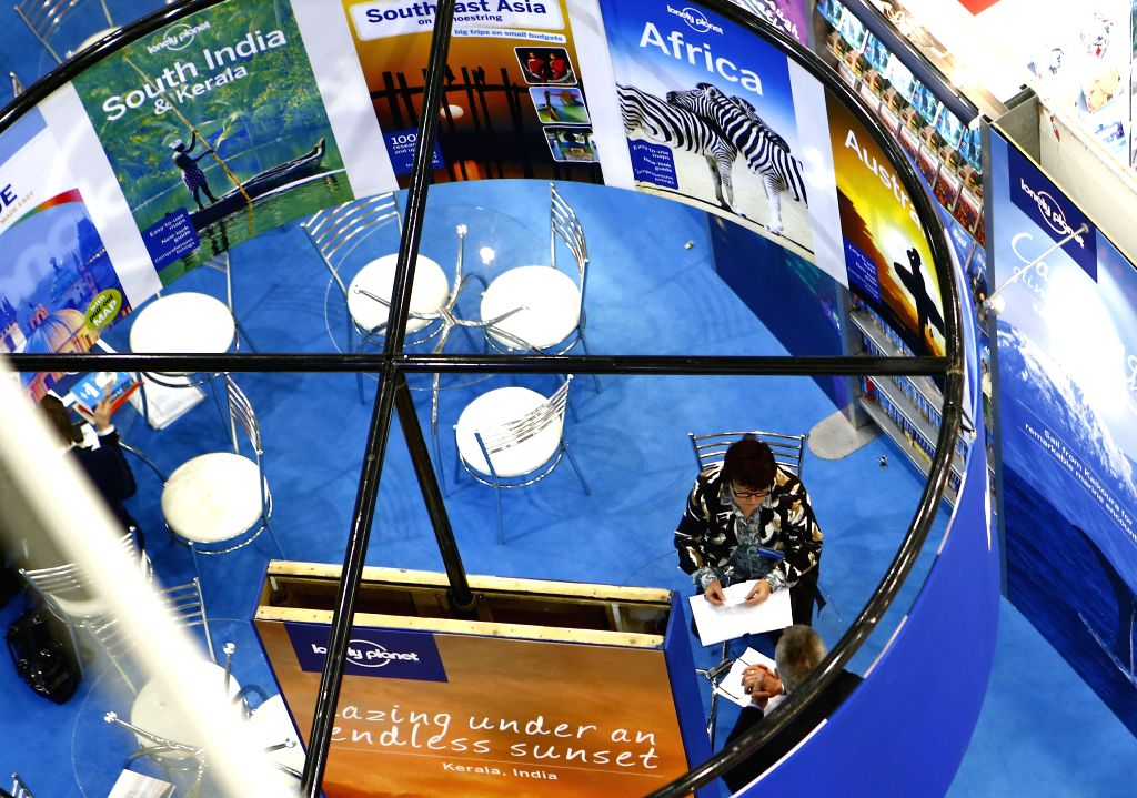 Booksellers discuss during the London Book Fair in London, Britain, April 10, 2014. The 43rd London Book Fair closed here Thursday. Photo: (Xinhua/Yin Gang) ...