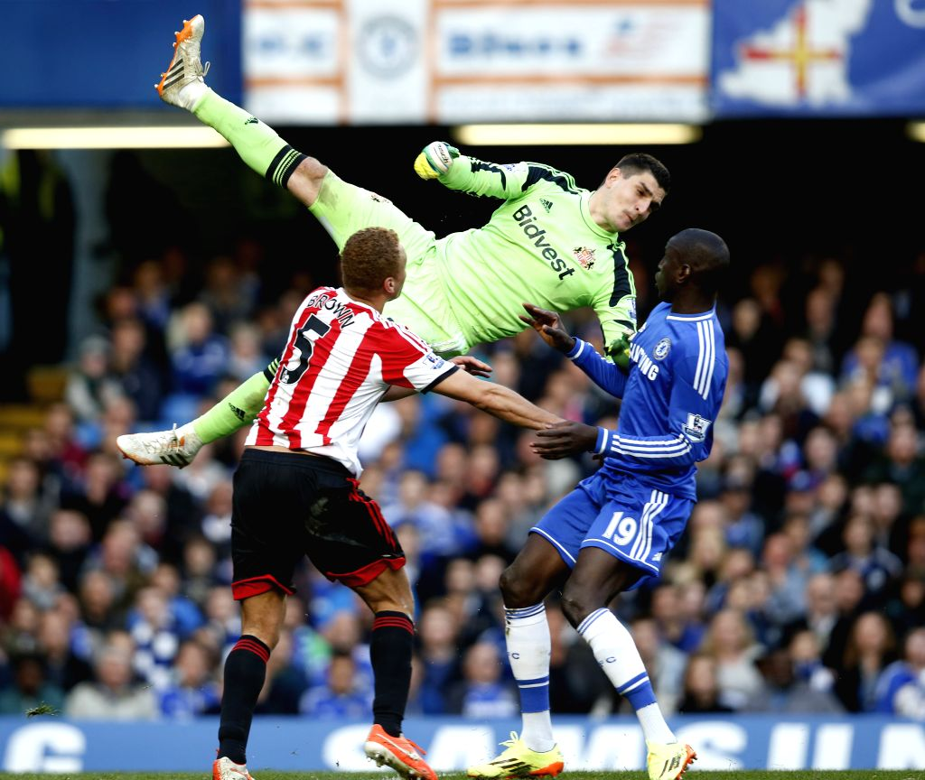 Oscar(L) of Chelsea vies with Lee Cattermole of Sunderland during the Barclays Premier League match between Chelsea and Sunderland at Stamford Stadium in London, ...