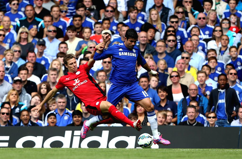 Ramires (R) of Chelsea vies with Marc Albrighton during the Barclays Premier League match between Chelsea and Leicester City at Stamford Bridge on August 23, 2014 in