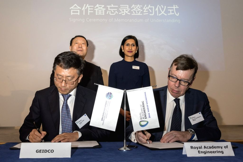 LONDON, Jan. 25, 2018 - Representatives of Global Energy Interconnection Development and Cooperation Organization (GEIDCO) and Britain's Royal Academy of Engineering sign an MOU in London, Britain, ...