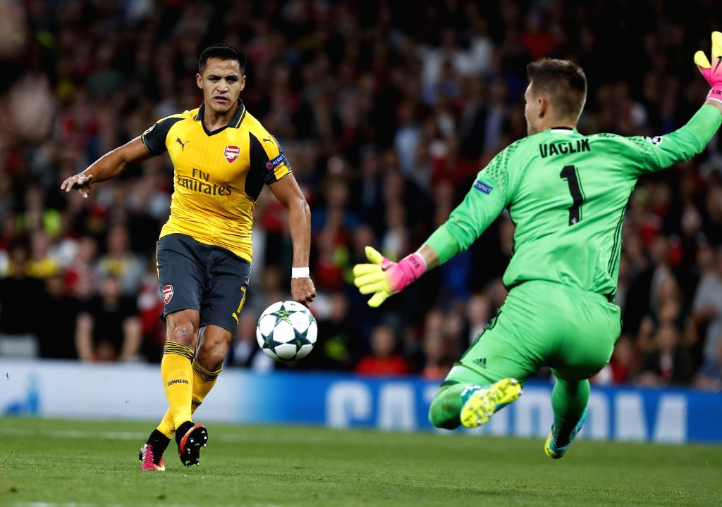 LONDON, Sept. 29, 2016 - Alexis Sanchez (L) of Arsenal shoots during an UEFA Champions League Group A match between Arsenal and Basel at the Emirates Stadium in London, Britain on Sept. 28, 2016. ...