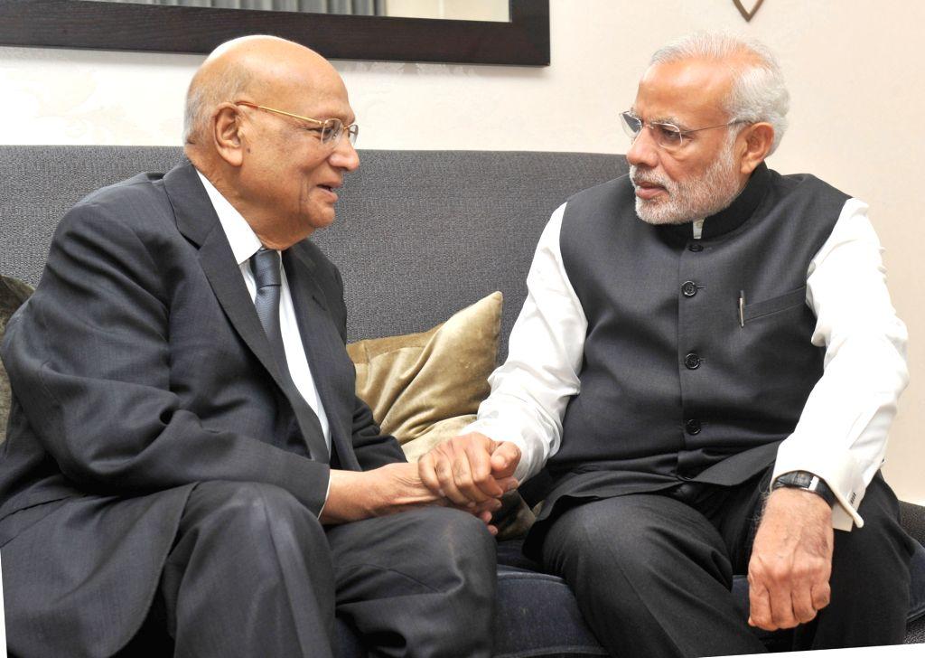 London (UK): Lord Swaraj Paul meets Prime Minister Narendra Modi, in London on Nov 14, 2015. - Narendra Modi