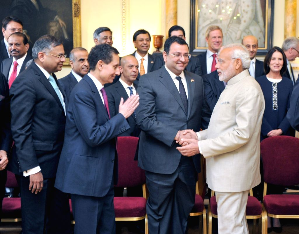 London (UK): Prime Minister Narendra Modi meets the CEOs at India-UK CEOs Forum, in London, UK on Nov 13, 2015. Also seen Tata group chairman Cyrus Mistry  and others. - Narendra Modi