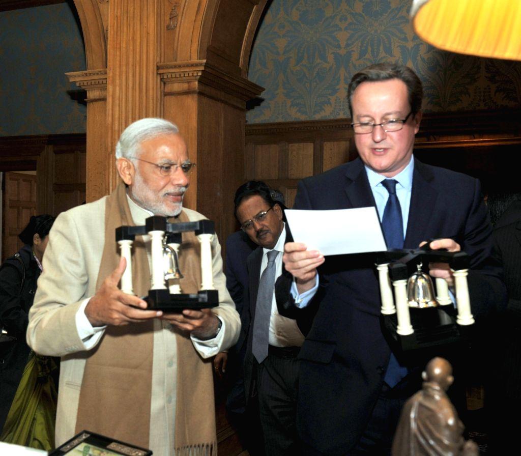 London (UK): Prime Minister Narendra Modi presents gifts to the Prime Minister of United Kingdom (UK), David Cameroon at Chequers, in London, UK on Nov 13, 2015. - Narendra Modi