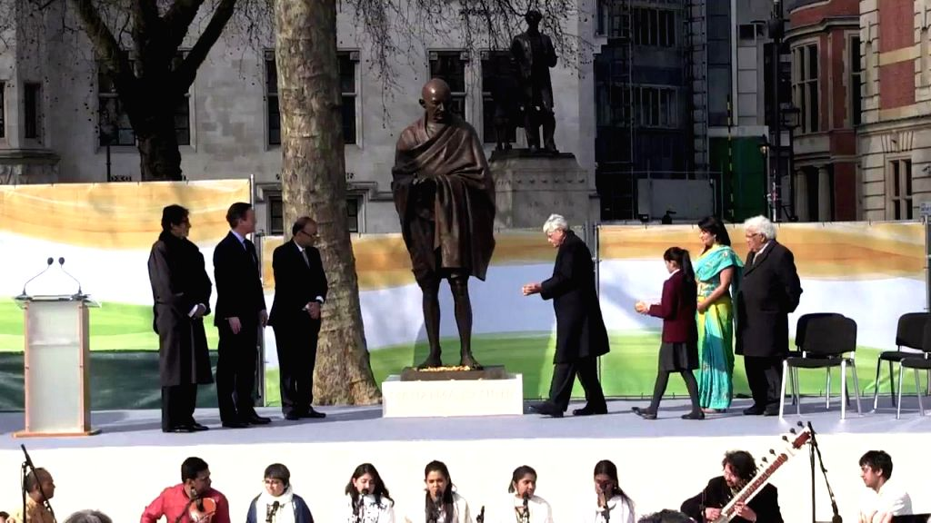 London (UK): Union Minister for Finance, Corporate Affairs, and Information and Broadcasting Arun Jaitley unveils a nine feet high bronze statue of Mahatma Gandhi in presence of British Prime ... - David Cameron, Arun Jaitley, Amitabh Bachchan and Gopal Krishna Gandhi