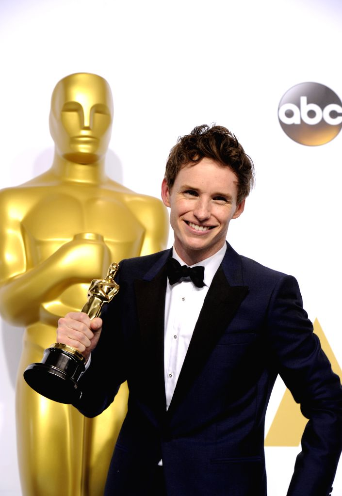 """Actor Eddie Redmayne poses after winning the Best Actor in a Leading Role award for """"The Theory of Everything"""" during the 87th Academy Awards at the ... - Eddie Redmayne"""