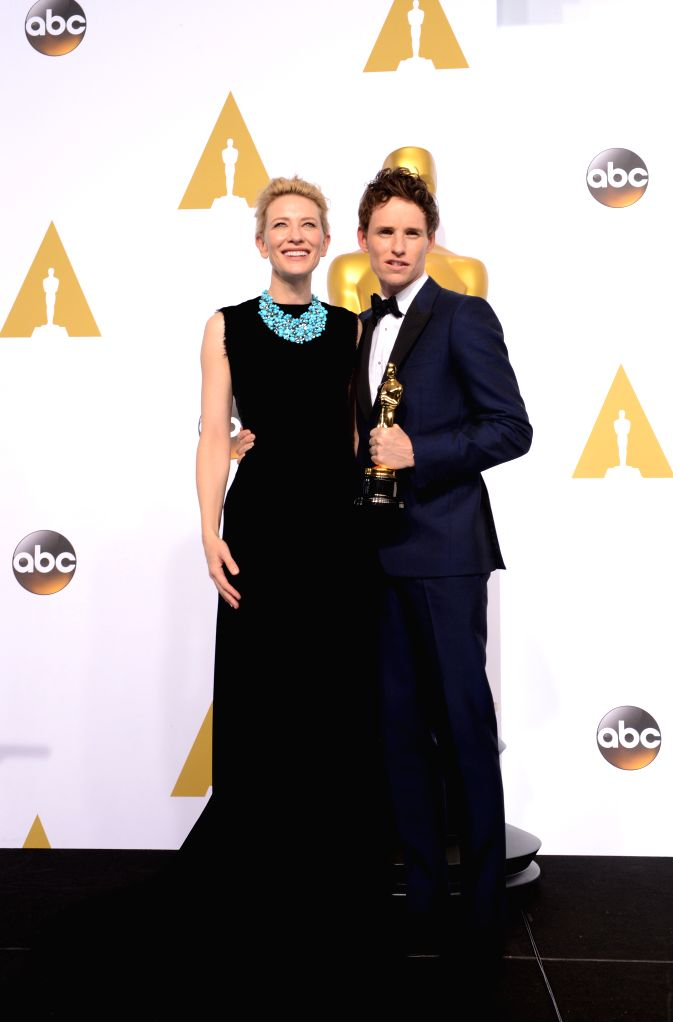 """Actor Eddie Redmayne (R) poses with Cate Blanchett after winning the Best Actor in a Leading Role award for """"The Theory of Everything"""" during the 87th ... - Eddie Redmayne"""