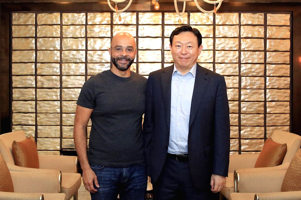 Lotte Group Chairman Shin Dong-bin (R) poses with Mo Gawdat, Google's chief business officer, at Lotte Hotel in Seoul on July 5, 2017. Gawdat gave a speech at a breakfast meeting of Lotte ...