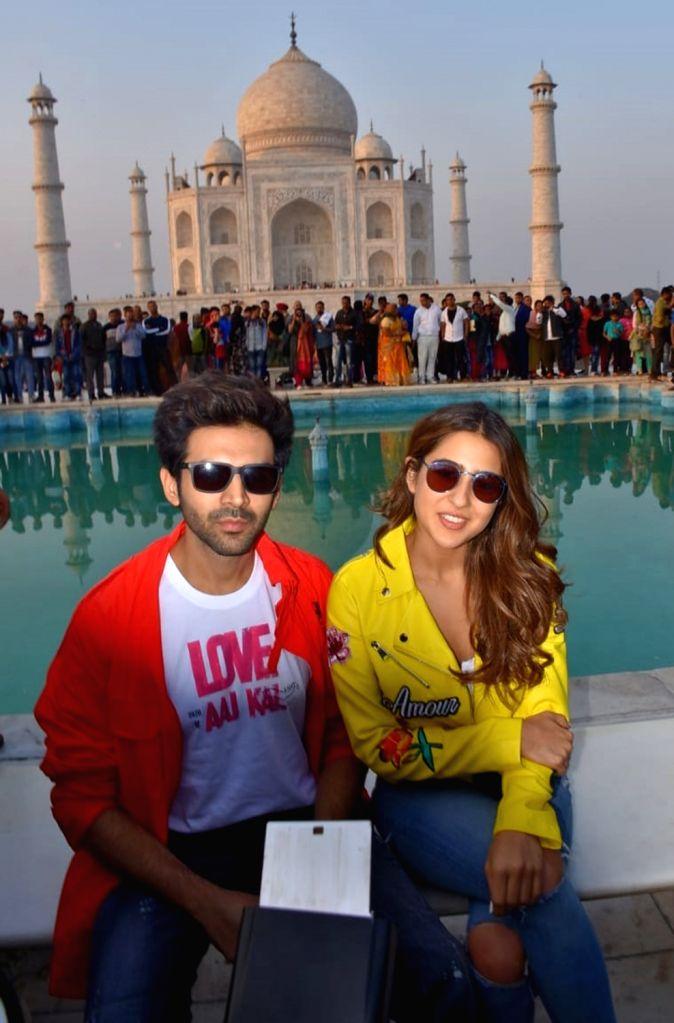 """Love Aaj Kal 2"""" actors Kartik Aaryan and Sara Ali Khan pose in front of the Taj Mahal during their visit to Agra, on Feb 11, 2020. - Kartik Aaryan and Sara Ali Khan"""