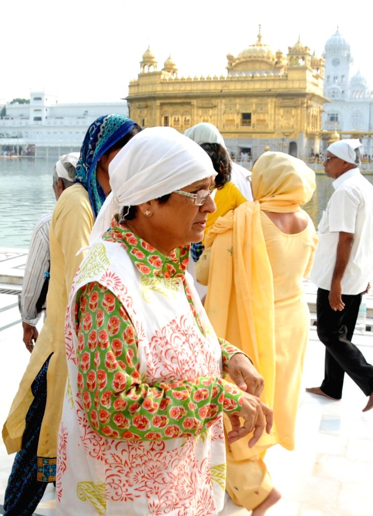 Lt. Governor Of Puducherry Kiran Bedi pays obeisance at the Golden Temple in Amritsar on Sept 23, 2016. - Puducherry Kiran Bedi
