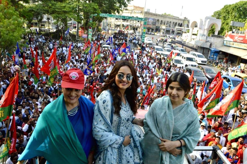 Lucknow: Actress Sonakshi Sinha accompanied by Samajwadi Party (SP) leader Dimple Yadav, participates in a roadshow as she campaigns for her mother and SP's Lok Sabha candidate from Lucknow, Poonam Sinha ahead of the 2019 Lok Sabha elections, in Luck - Sonakshi Sinha, Yadav and Poonam Sinha