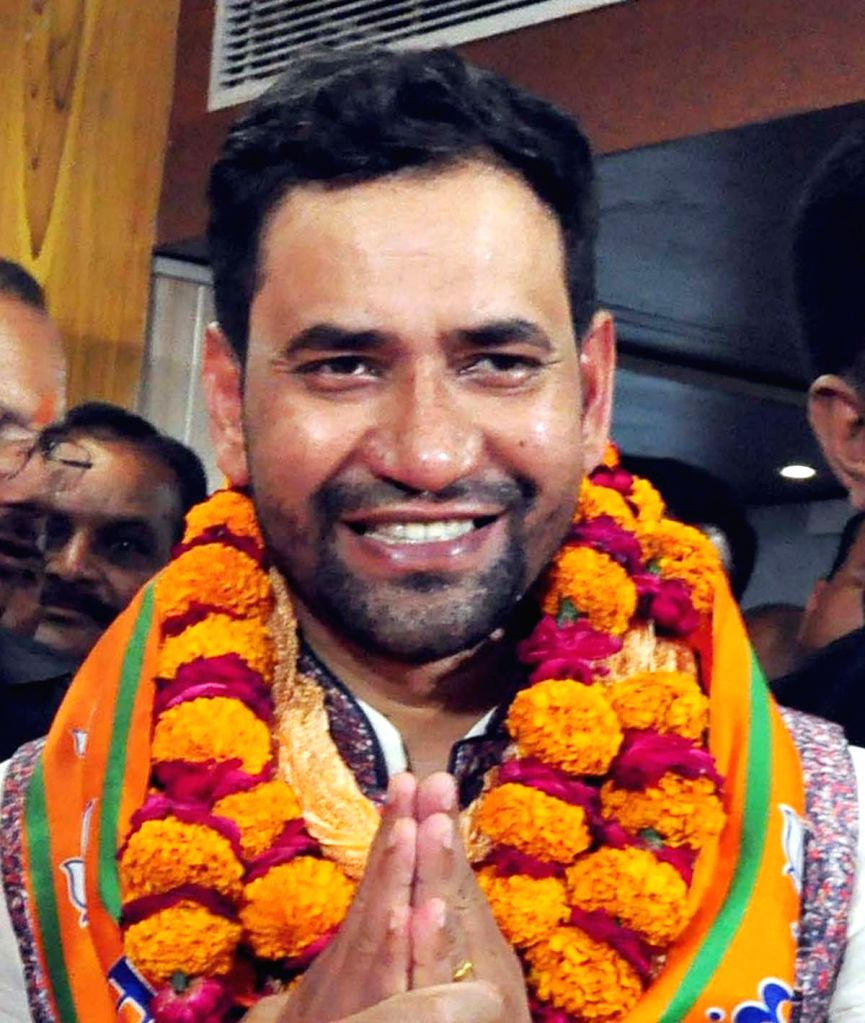 Lucknow: Bhojpuri singer-actor and BJP's Lok Sabha candidate Dinesh Lal Yadav ''Nirhua'' who is likely to contest 2019 Lok Sabha elections against Samajwadi party chief Akhilesh Yadav from Uttar Pradesh's Azamgarh seat. (File Photo: IANS) - Dinesh Lal Yadav and Akhilesh Yadav