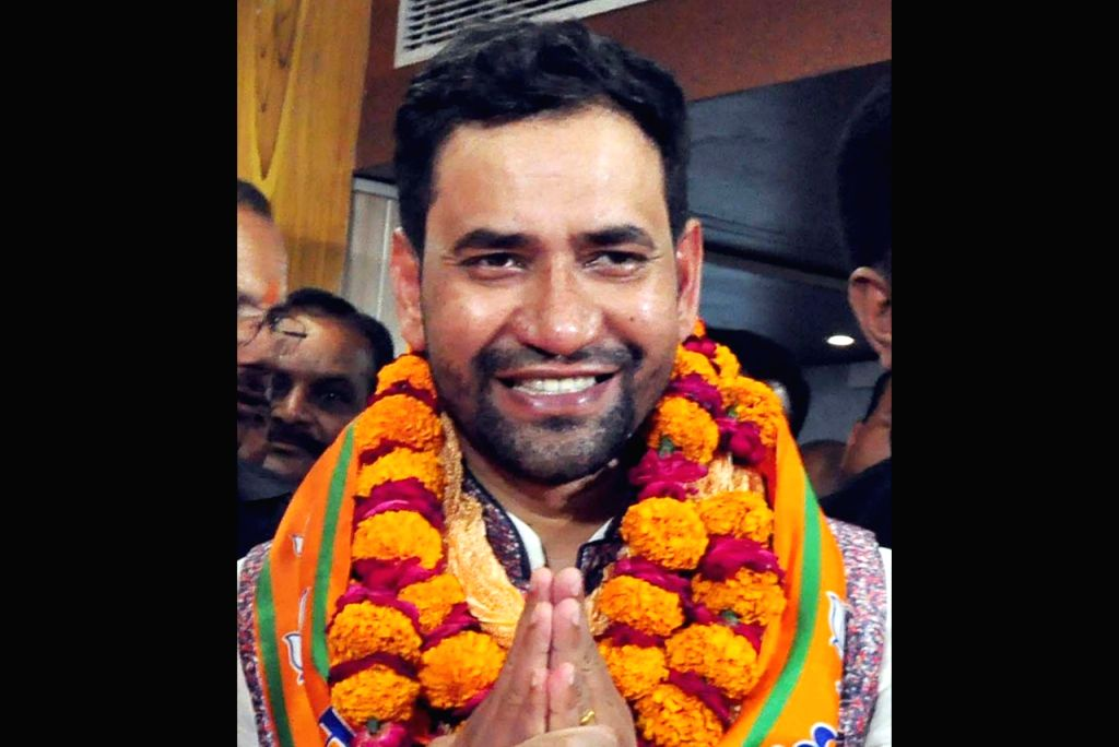 Lucknow: Bhojpuri singer-actor and BJP's Lok Sabha candidate Dinesh Lal Yadav ''Nirhua'' who is likely to contest 2019 Lok Sabha elections against Samajwadi party chief Akhilesh Yadav from Uttar Pradesh's Azamgarh seat. (File Photo: IANS) - Dinesh Lal Yadav and Akhilesh Yadav