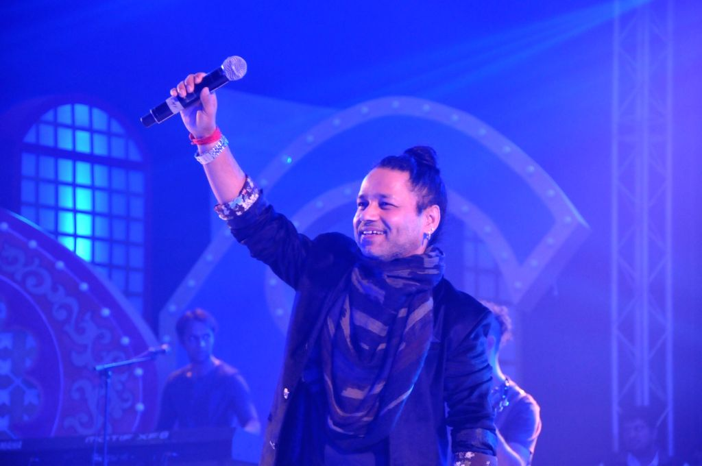 Lucknow : Singer Kailash Kher performs during Lucknow Mahotsava on Nov 29, 2016. - Kailash Kher