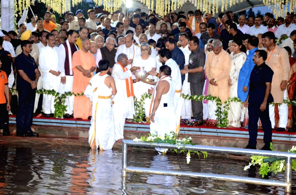 Lucknow: Union Home Minister Rajnath Singh, accompanied by Uttar Pradesh Governor Ram Naik, Chief Minister Yogi Adityanath and Vajpayee's foster daughter Namita immerse former Prime Minister Late Atal Bihari Vajpayee's ashes in Gomti river, in Luckno - Rajnath Singh and Atal Bihari Vajpayee