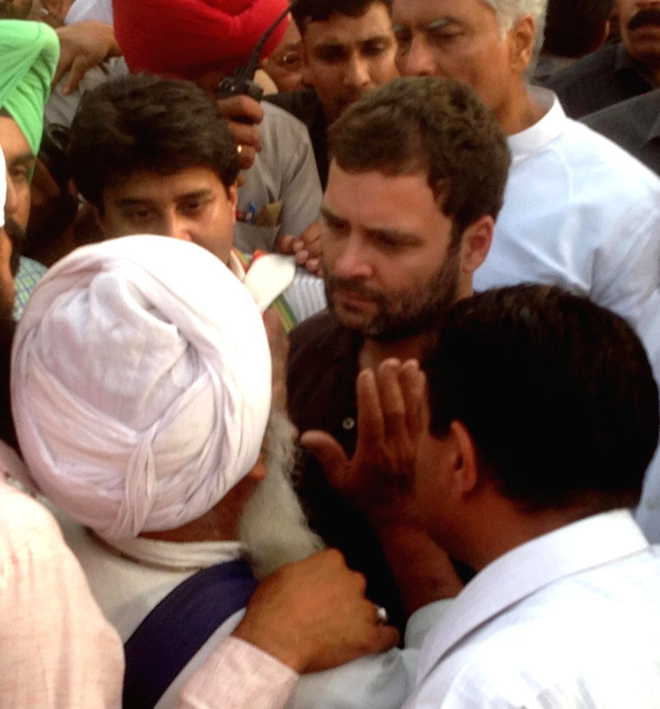 Congress Vice-President Rahul Gandhi interacts with the farmers at Sirhind Dana Mandi, Gobindgarh near Ludhiana of Punjab on April 28, 2015.