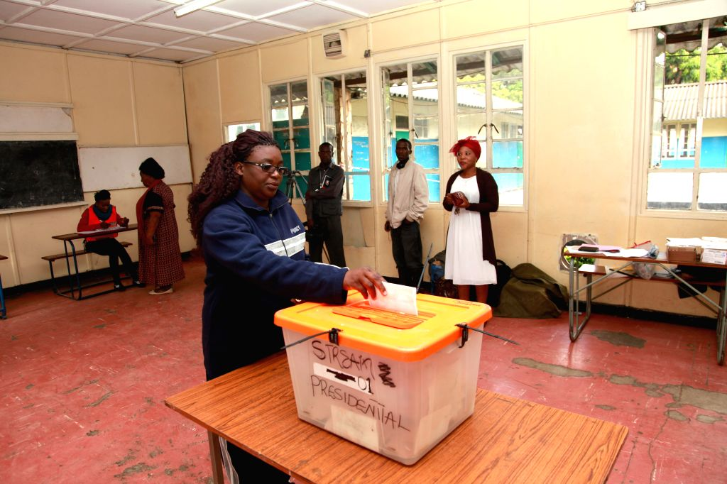 A voter casts ballot at a polling station in Lusaka, capital of Zambia, Jan. 20, 2015. Zambia held presidential election on Tuesday.