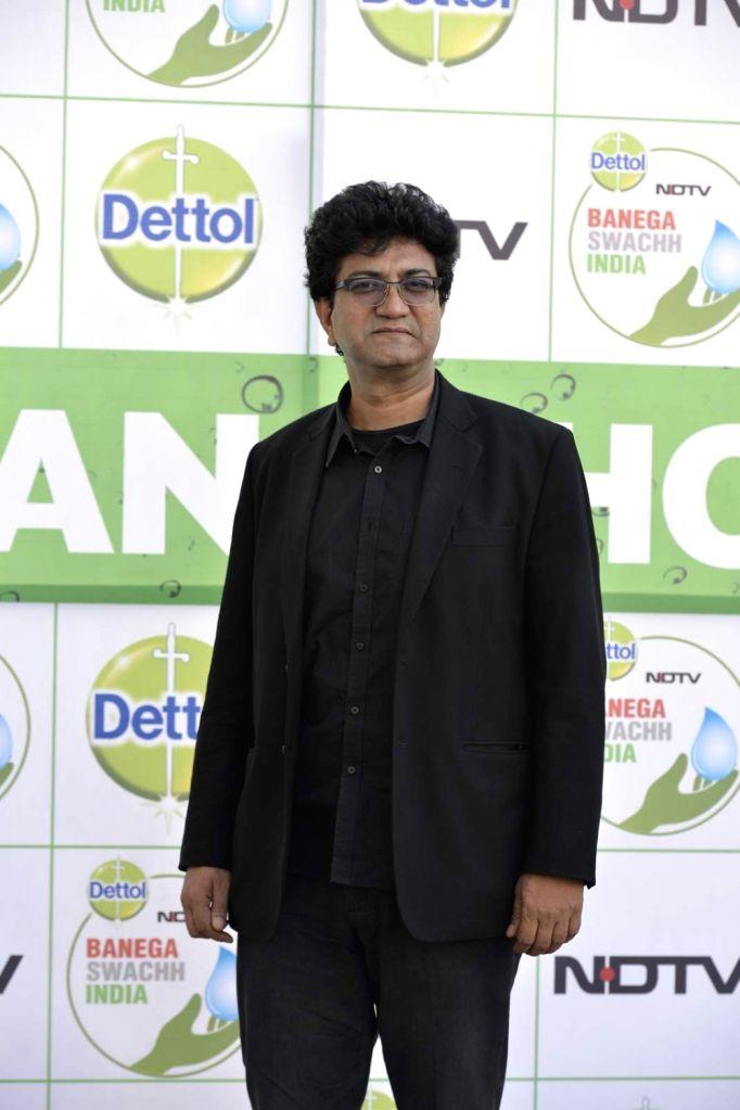 Lyricist Prasoon Joshi attend Banega Swachh India Cleanathon, in Mumbai on Jan 17, 2016. - Prasoon Joshi