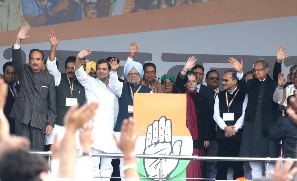 Madhya Pradesh Chief Minister Kamal Nath, Congress leaders Ghulam Nabi Azad, KC Venugopal, Rahul Gandhi, Manmohan Singh, Sonia Gandhi, R. C. Khuntia, Adhir Ranjan Chowdhury and Rajasthan ... - Kamal Nath, Rahul Gandhi, Manmohan Singh and Sonia Gandhi