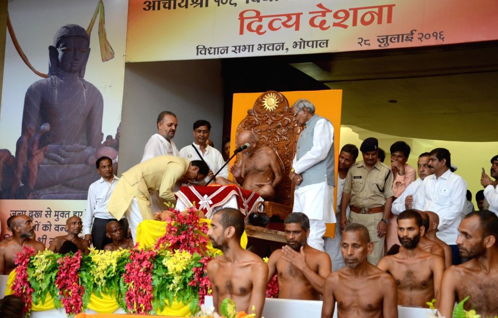 Madhya Pradesh Chief Minister Shivraj Singh Chouhan and Jain Muni Acharya Vidyasagar Maharaj during a programme in Bhopal on July 28, 2016. - Shivraj Singh Chouhan