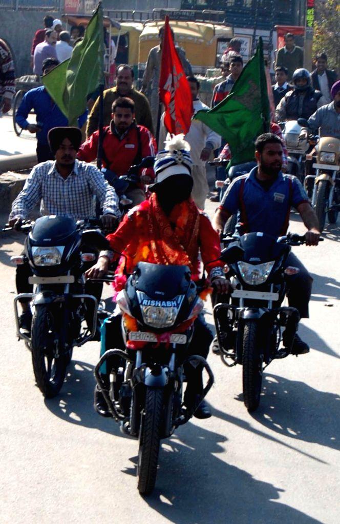 Magician Samrat Shankar rides a motor cycle blindfolded in Amritsar on Dec.13, 2013.