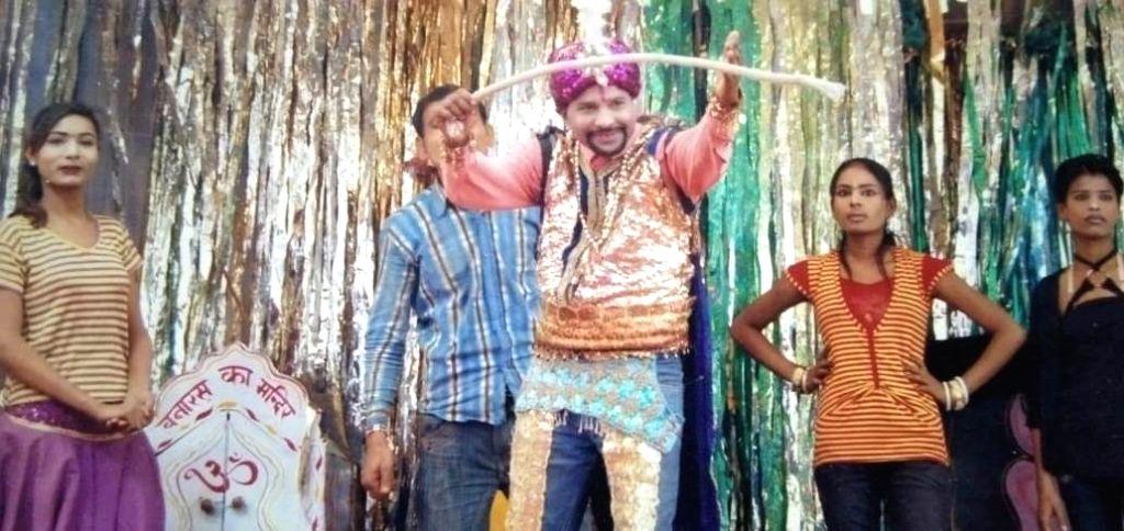 Magician turns into vegetable seller during lockdown. (Photo: Archana Sharma IANS) - Archana Sharma I