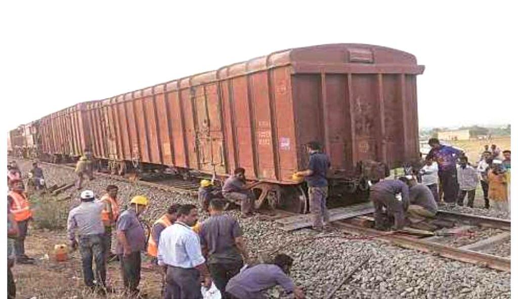 Maha train accident toll rises to 16, politics heats up.