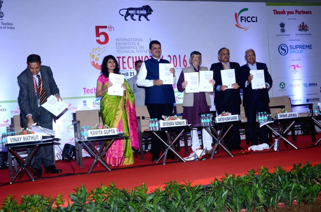 Maharashtra Chief Minister Devendra Fadnavis, Union textile minister Santosh Gangwar, Textile Commissioner Kavita Gupta and FICCI Textiles and Technical Textiles Committee Chairman Shishir ... - Devendra Fadnavis and Commissioner Kavita Gupta