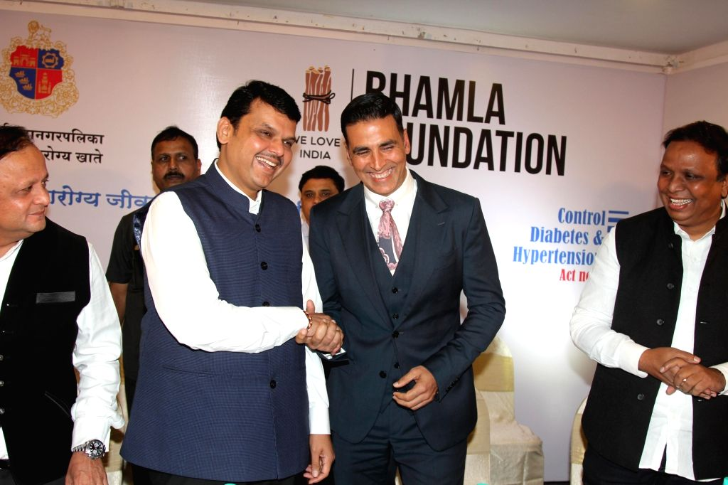 Maharashtra Chief Minister Devendra Fadnavis, actor Akshay Kumar and Bhamla Foundation President Asif Bhamla during a health campaign 'Jaan Bachao' an initiative by the Bhamla foundation and ... - Devendra Fadnavis and Akshay Kumar