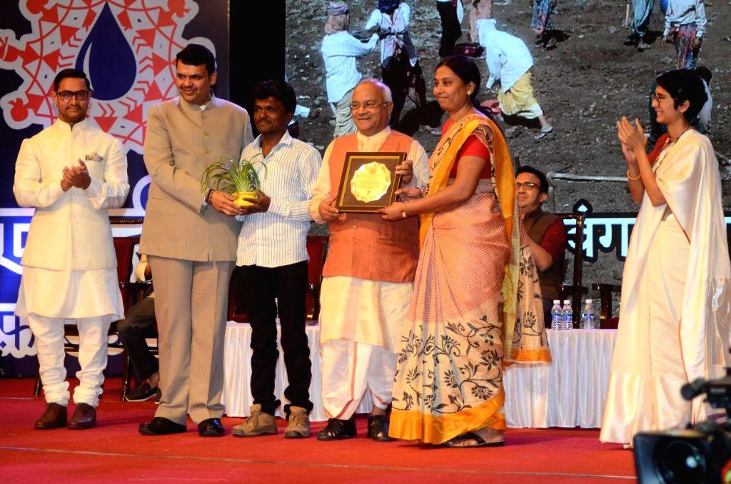 Maharashtra Chief Minister Devendra Fadnavis and actor Aamir Khan during The Satyamev Jayate Water Cup Awards 2016, in Mumbai, on Aug 15, 2016. - Devendra Fadnavis and Aamir Khan