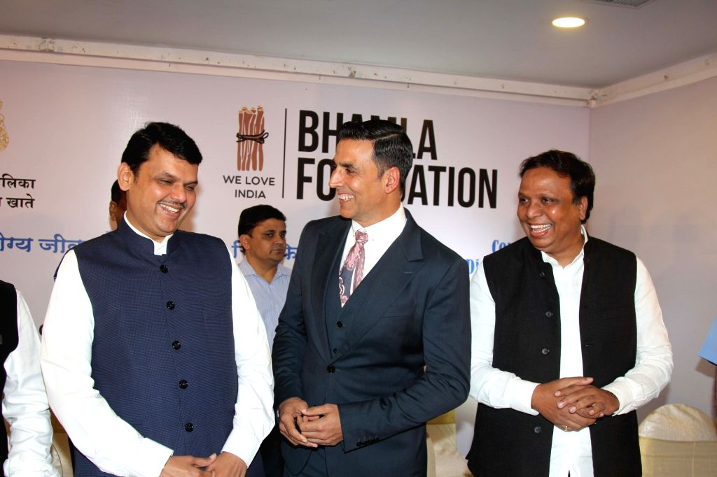 Maharashtra Chief Minister Devendra Fadnavis and actor Akshay Kumar during a health campaign 'Jaan Bachao' an initiative by the Bhamla foundation and MCGM in Mumbai on Oct 26, 2016. - Devendra Fadnavis and Akshay Kumar