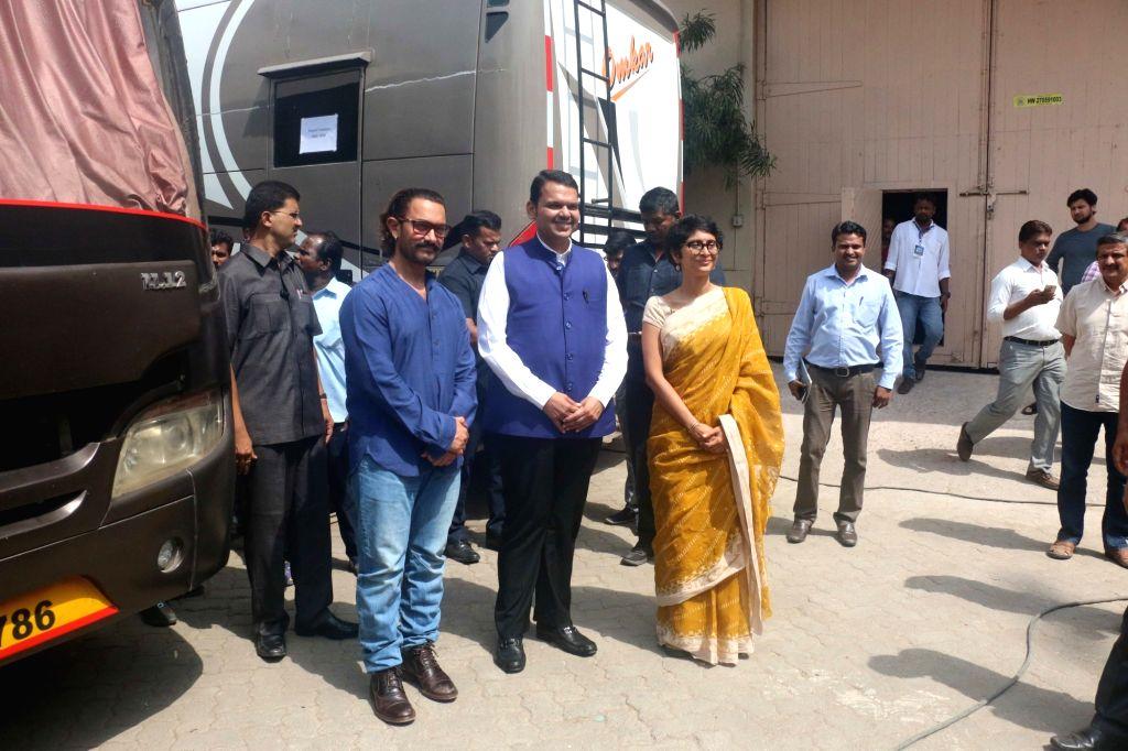 Maharashtra Chief Minister Devendra Fadnavis with actor Aamir Khan along his wife Kiran Rao seen at a Bandra studio in Mumbai on May 24, 2018. - Devendra Fadnavis, Aamir Khan and Kiran Rao