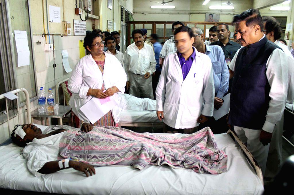 Maharashtra Chief Minister Prithviraj Chavan meets the injured passengers of Diva-Sawantwadi express which jumped tracks near Nagothana in Raigarh of Maharashtra on 4th May, 2014; in Mumbai on May 5, - Prithviraj Chavan