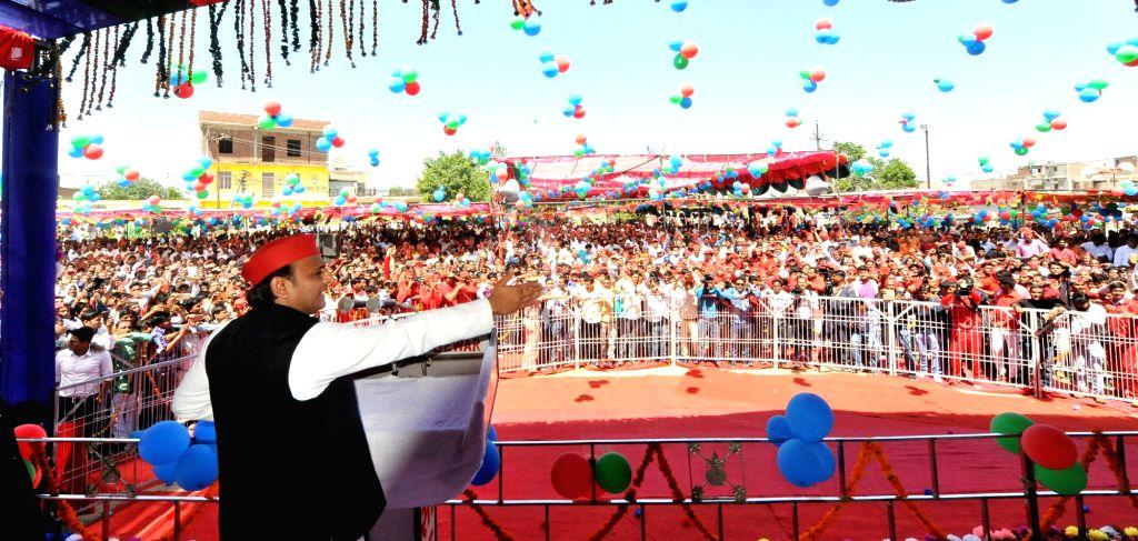 Mainpuri: Samajwadi Party President Akhilesh Yadav addresses an election rally ahead of 2019 Lok Sabha polls, in Uttar Pradesh's Mainpuri on April 1, 2019. (Photo: IANS) - Akhilesh Yadav