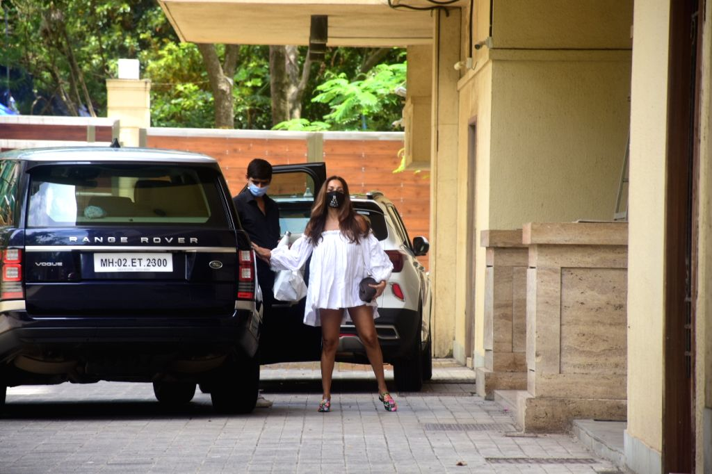 Malaika Arora spotted at Amrita Arora's house in bandra On Sunday, 13 June,2021. - Malaika Arora and Amrita Arora