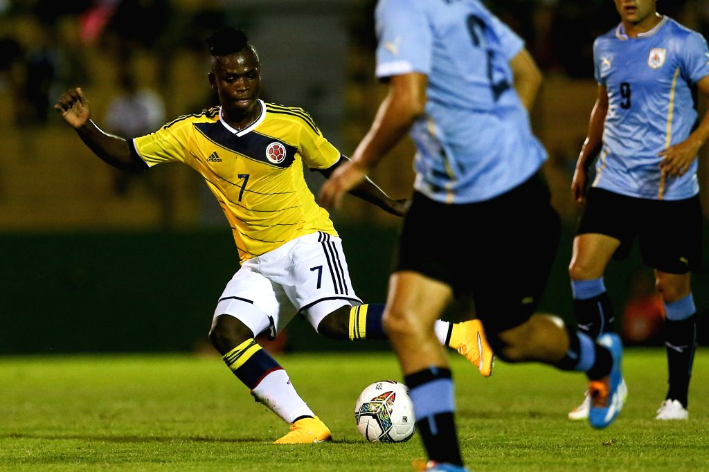 Colombia's Deinner Quinones controls the ball during a South American U-20 football match against Uruguay in Maldonado, Uruguay, Jan. 15, 2015. Uruguay won 1-0. ..