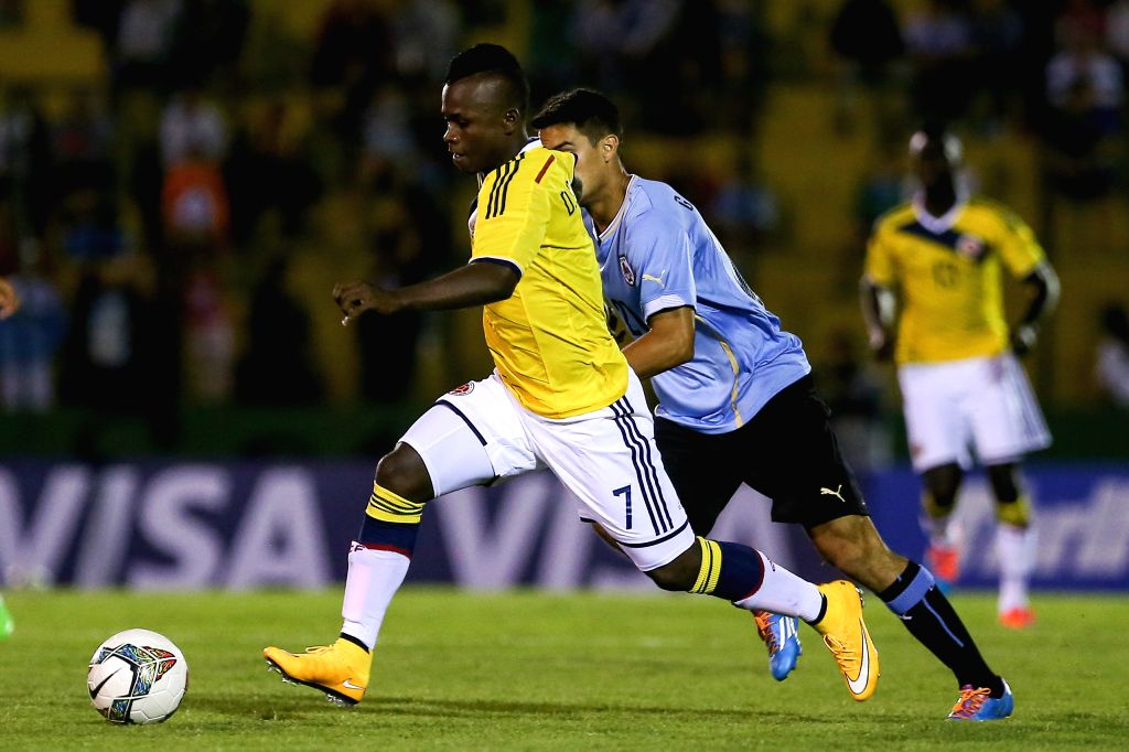 Colombia's Deinner Quinones (L) vies for the ball during a South American U-20 football match against Uruguay in Maldonado, Uruguay, Jan. 15, 2015. Uruguay won ...