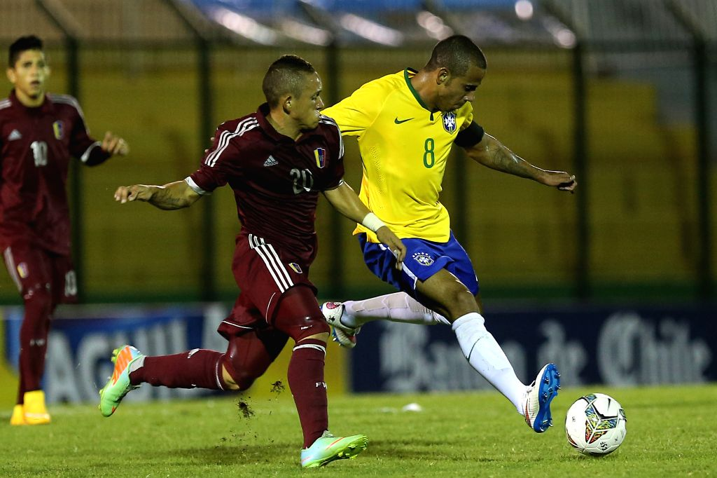 Brazilian player Lucas (R) breaks through during a South American U-20 football match between Brazil and Venezuela in Maldonado, Uruguay, on Jan. 19, 2015. Brazil