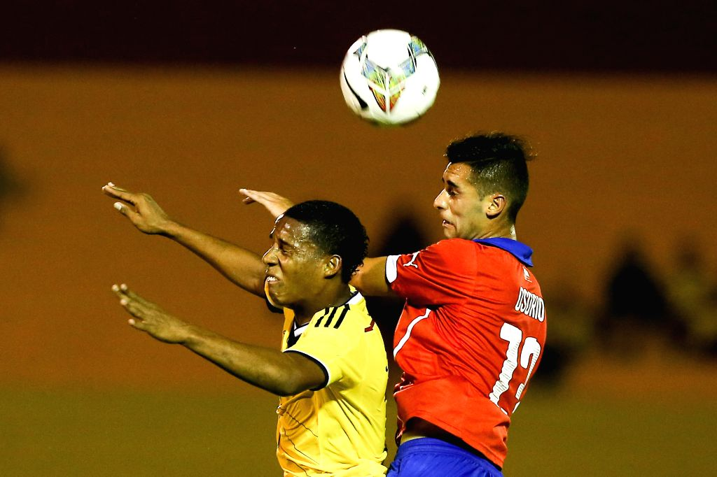 Colombian player Jeison Lucumi (R) competes with Chilean player Raul Osorio during a South American U-20 football match between Colombia and Chile in Maldonado, ..