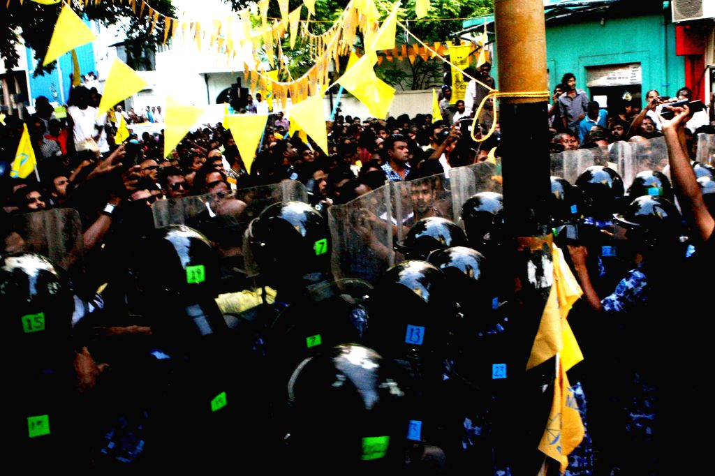 MALE, Sept. 27, 2013 (Xinhua) -- Policemen confront protesters in Male, capital of the Maldives, Sept. 27, 2013. The Maldivian capital was tense on Friday as thousands of people gathered before the Supreme Court demanding that postponed presidential