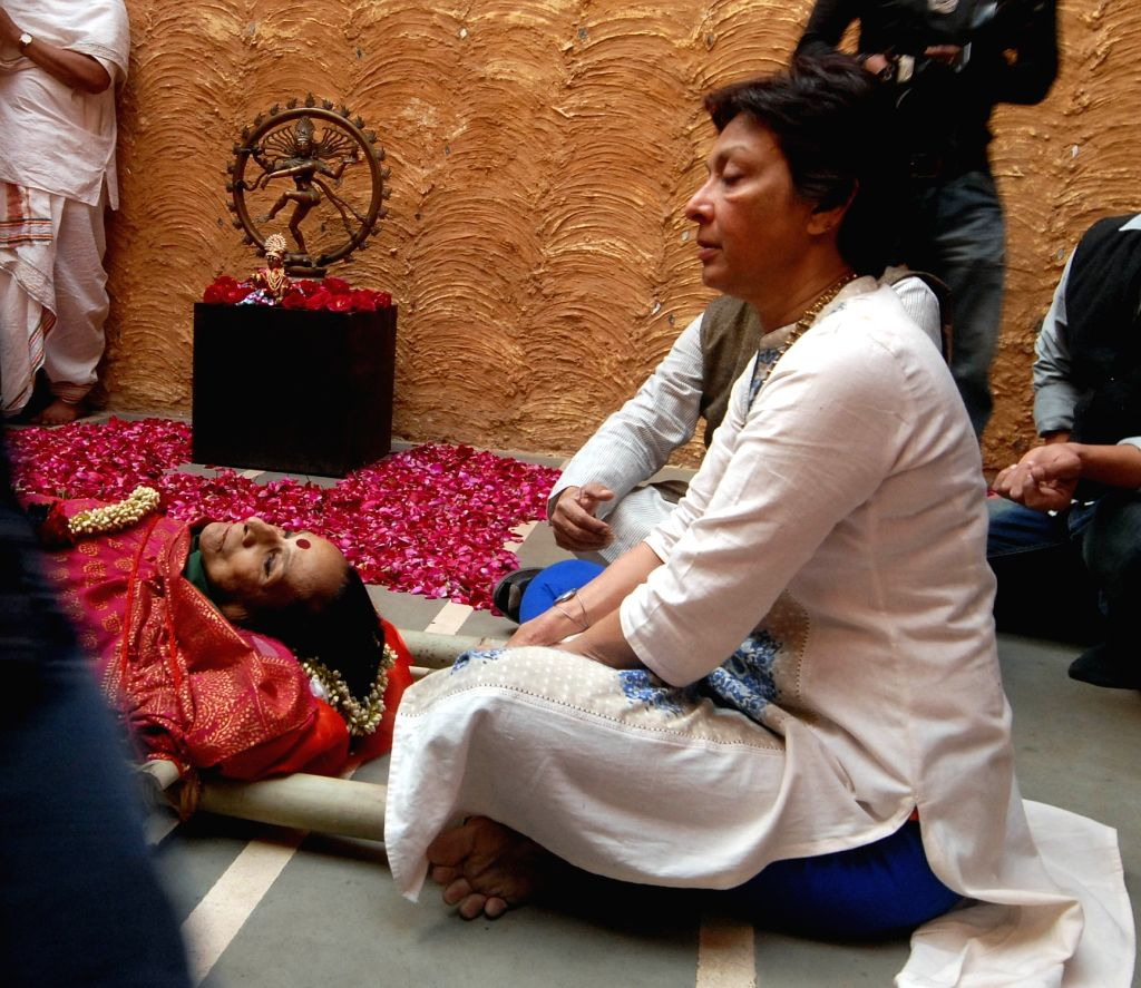 Mallika Sarabhai, the daughter of classical dancer and Padma Bhushan awardee Mrinalini Sarabhai  sits besides the mortal remains of her mother in Ahmedabad on Jan 21, 2016. The legendary ...