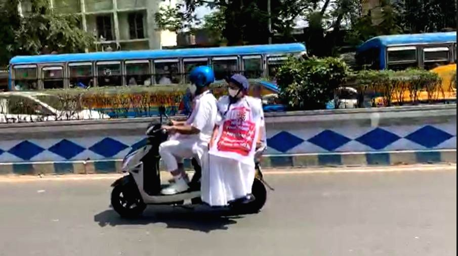 Mamata Banerjee rides e-scooter to protest petrol price hike.(photo:Twitter) - Mamata Banerjee