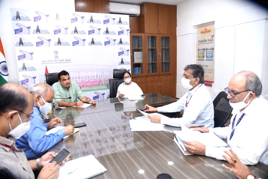 Mamata meets Gadkari, discusses various infrastructure projects