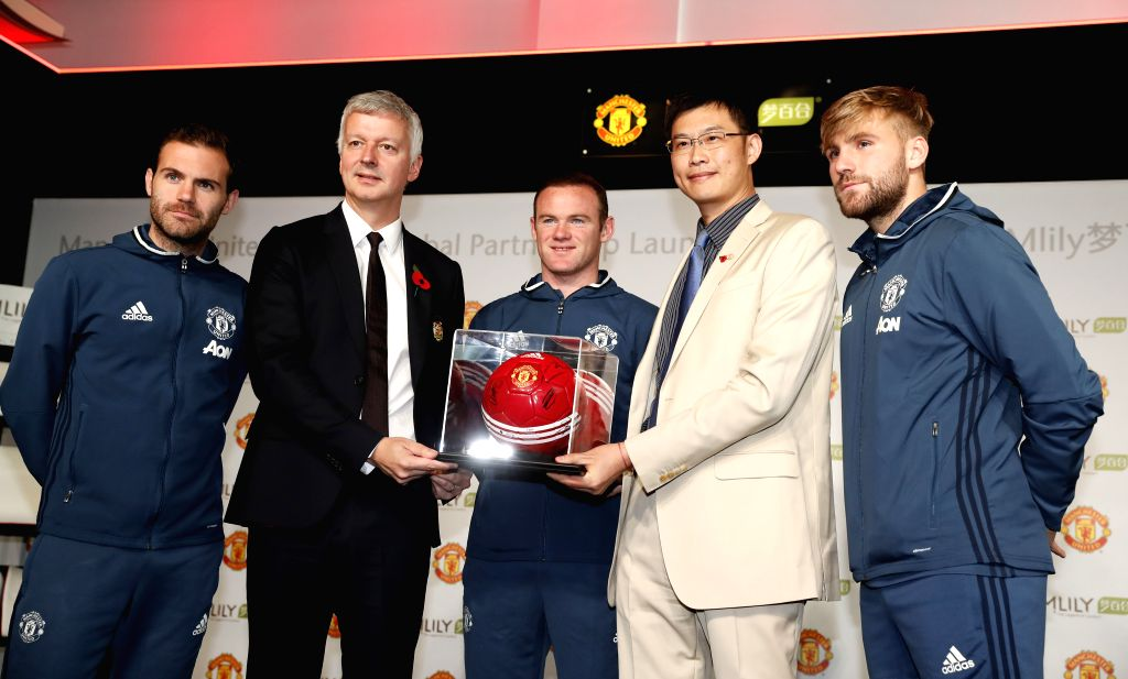 MANCHESTER, Nov. 1, 2016 - Philip Townsend (2nd L), Director of Communications for Manchester United, James Ni (2nd R), founder of Mlily, and Manchester United players attend the press conference ...
