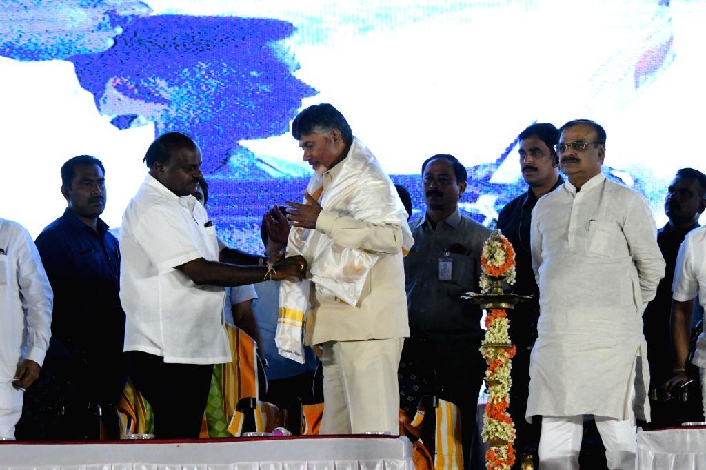 Mandya: Andhra Pradesh Chief Minister N. Chandrababu Naidu and Karnataka Chief Minister HD Kumaraswamy during election campaign in Karnataka's Mandya on April 15, 2019. (Photo: IANS) - N. Chandrababu Naidu