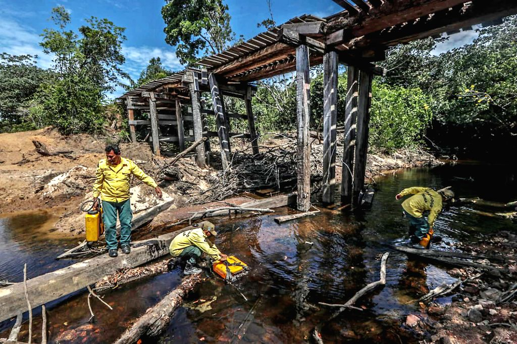 MANICORE, Aug. 28, 2019 - Workers of the Brazilian Institute of the Environment and Renewable Natural Resources collect water to fight a fire in Manicore, the state of Amazonas, Brazil on Aug. 26, ...