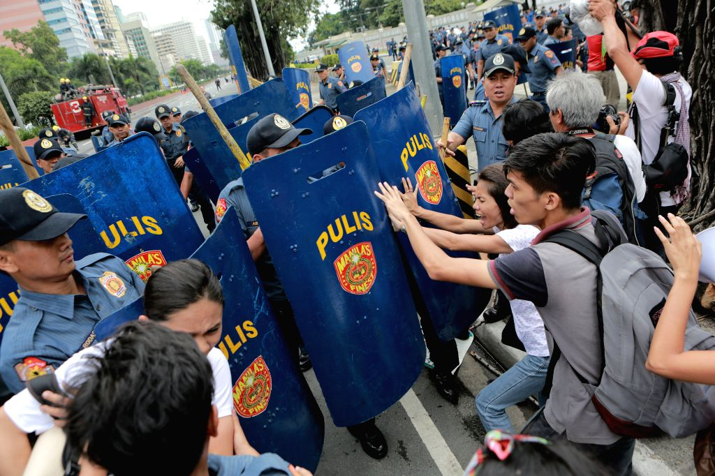 MANILA, Oct. 19, 2016 - Policemen scuffle with activists during a violent dispersal of a protest rally in front of the U.S. Embassy in Manila, the Philippines, Oct. 19, 2016. Thousands of Moro and ...