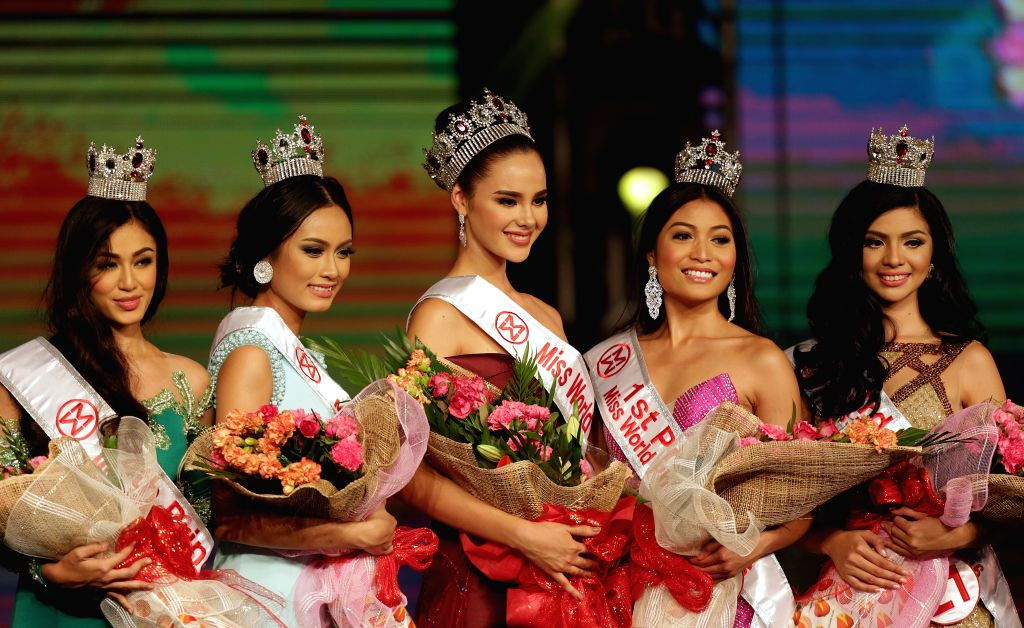 MANILA, Oct. 3, 2016 - Newly-crowned Miss World Philippines Catriona Gray (C) poses with the 1st Princess Arienne Calingo (2nd R), 2nd Princess Ivanna Pacis (2nd L), 3rd Princess Marah Munoz (1st R) ...