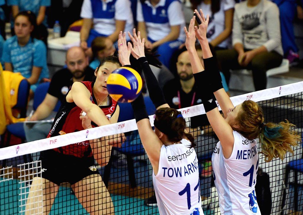 MANISA, Oct. 31, 2016 - Vakifbank's Zhu Ting (L) competes during the Turkish Women Volleyball League match between Vakifbank and Seramiksan in Manisa, Turkey, Oct. 30, 2016. Vakifbank won 3-0.