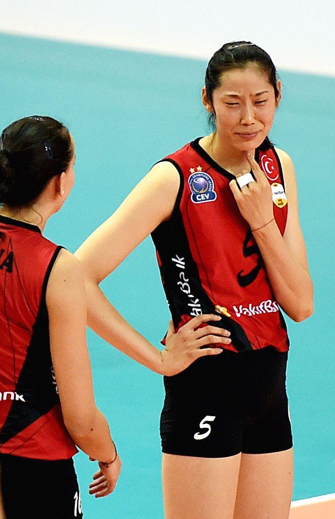 MANISA, Oct. 31, 2016 - Vakifbank's Zhu Ting (R) reacts during the Turkish Women Volleyball League match between Vakifbank and Seramiksan in Manisa, Turkey, Oct. 30, 2016. Vakifbank won 3-0.